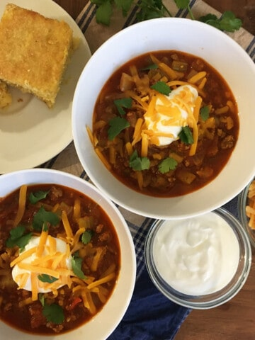 Quick and easy chili with a dollop of sour cream and shredded cheese